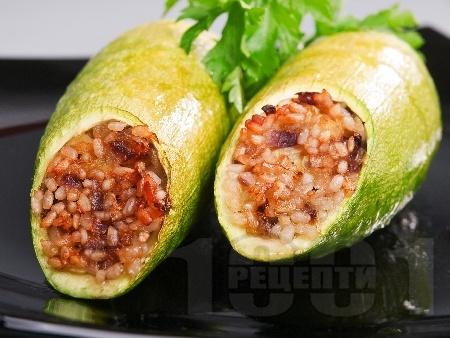 Пълнени тиквички с ориз и кайма, печени на фурна - снимка на рецептата